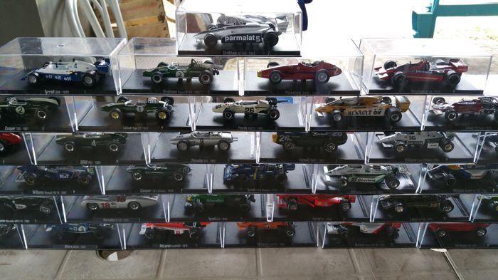 Auto da Corsa - schaal 1/43 - veel met 40 modellen: 40 x Formule1 auto's  Complete collectie van Formule1-auto's van de jaren 1950:40 schaalmodellen met twee volledige volumes opgenomen. In het eerste deel is er de hele geschiedenis van de Formule1 in het tweede deel is er het verhaal van elk model en stuurprogramma.Houd er rekening mee: 3 vitrines zijn beschadigd maar de modellen zijn onberispelijk (zichtbaar in de foto's hieronder).  EUR 200.00  Meer informatie