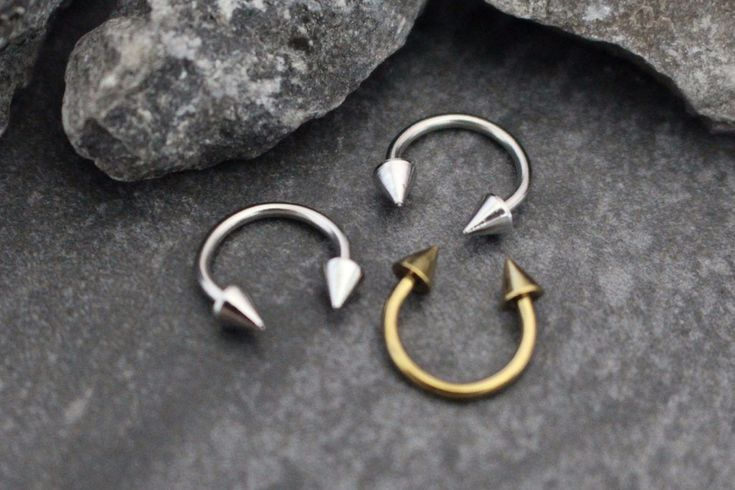 16G Arrowhead Horseshoe Barbell in Gold or Silver Sparkle your way into style this summer with this alluring septum ring ! Hand crafted with only the finest materials, this septum ring will be sure to