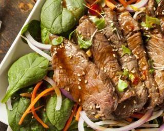 Salade thaïe au boeuf, piment, carotte et coriandre