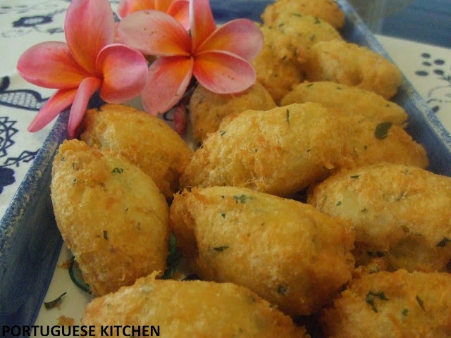 Portuguese Kitchen: Codfish Cakes recipe- Pasteis de Bacalhau Ingredients  1kg potatoes 600g dryed cod (bacalhau) 2 garlic cloves 1/2 bunch parsley chopped 2 eggs 1/2 white onion,peeled & grated, juice squeezed out 1 teaspoon salt