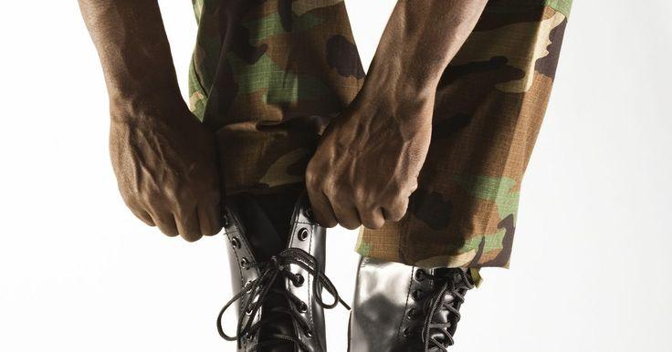 Cómo abuchonar pantalones militares . Los reglamentos militares para cada cuerpo del ejército exigen a cada miembro del servicio que abuchonen sus pantalones cuando usen el uniforme. Hay algunas excepciones a esta regla: los miembros del servicio que estén embarazadas y los heridos pueden estar exentos, al igual que aquellos que usen uniformes para servicios diarios durante el ...