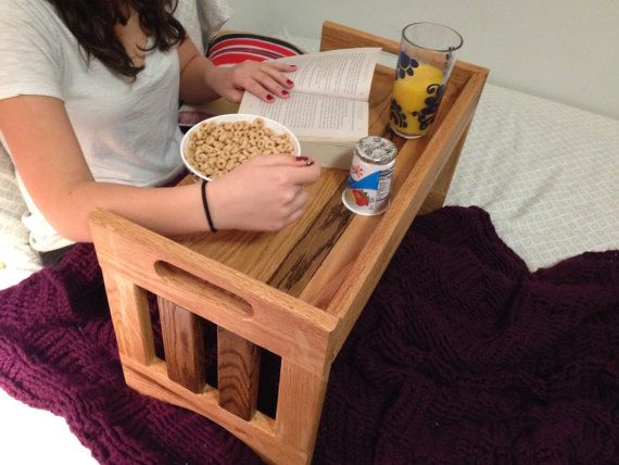 Una gran bandeja para desayunos en la cama, o incluso hacer un cierto trabajo en un ordenador portátil. El tamaño adecuado para llevar un plato, cubiertos, taza de café y cristal Personalizar color y configuración con múltiples especies de madera y dimensiones.