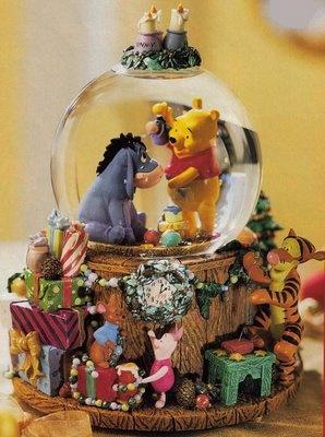 Winnie the Pooh Deck the Halls Snowglobe