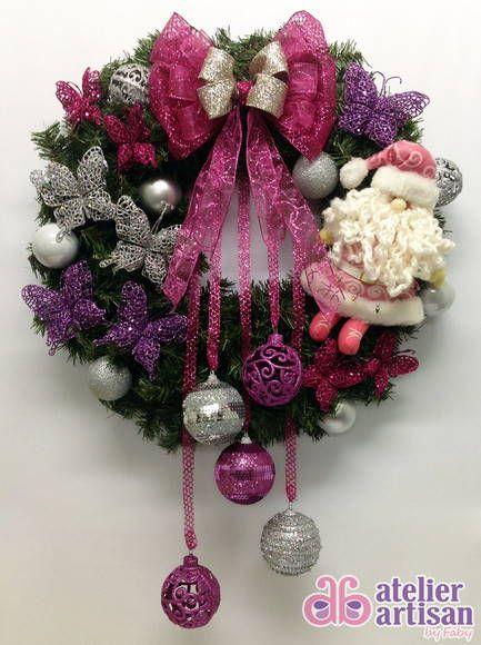 GUIRLANDA NATALINA (com iluminação de LED) Natal esta chegando? É hora de decorar a sua residencia, comércio, etc? Então vamos decorar a sua porta de entrada com uma GUIRLANDA LINDA!!! DESCRIÇÃO: Guirlanda de 60 x 60 cm, decorada com um lindo Papai Noel ROSA de 27 cm altura, e várias borboletas prata, lilas 10 x 10cm e Pink 7 x 7 cm, e várias bolas médias prata, 05 bolas (08 cm de diametro) nas cores prata e rosa penduradas, e para finalizar fitas aramadas que não deformam, amassou.....é s…