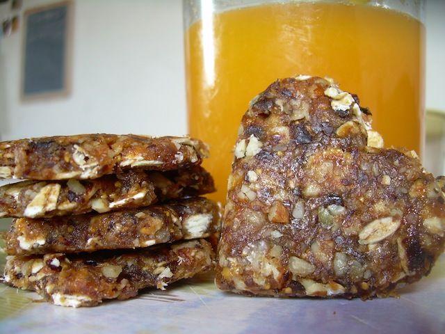 Biscuits crus - Variante no.1: grains tournesol, figues, abricots, sésame, chocolat, miel, pavot, jus de ponme - Variante no. 2: amandes, raisins, bananes, abricots, jus citron, spiruline - Variante no. 3: figues, grains tournesol, sésame, sirop riz, pruneaux, the vert, nori
