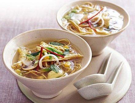Pikantní nudlová polévka - na oleji osmahneme cibuli, přidáme žampiony a hrášek,  nastrouhaný zázvor, kari a orestujeme. Zalejeme vývarem, dochutíme solí a chilli. Nudle můžeme uvařit zvlášť a dát rovnou do misek.