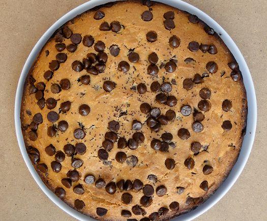 Ένα υπέροχο, αφράτο κέικ βανίλιας με σταγόνες σοκολάτας. Μια πολύ εύκολη, γρήγορη και απλή συνταγή για ένα απλό κέικ που με τη προσθήκη σταγόνων σοκολάτας,