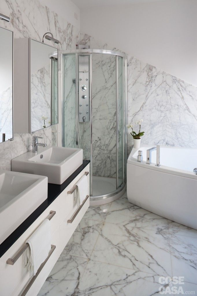 Il bagno della camera doppia è organizzato per due, con lavabi accostati, ciascuno con specchio/contenitore dedicato, e con vasca e doccia