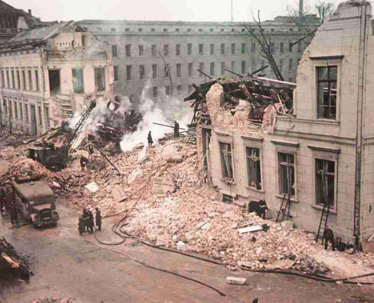 Berlin 1945 Die Reichskanzlei am 06. Oktober 1944. Allein in dieser Nacht warf die USAAF 810 Tonnen Bomben auf Berlin.
