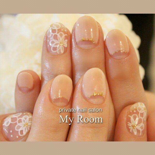 ホワイトのシースルーフラワーと、ベージュピンクの逆フレンチ♪小さなリボンがかわいい(*^^*) #春 #ハンド #フラワー #ホワイト #ジェルネイル #お客様 #my_room #ネイルブック