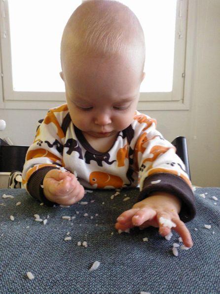 Pisa Designin minitestaaja kokeili, kuinka tiukasti riisin saisi kiinni pellavaliinaan. Testaajan pettymykseksi ja äidin iloksi riisi irtosi kostealla liinalla pyyhkimällä helposti eikä liinaan jäänyt tahran tahraa. - - - Pisa Design's mini sized test person tested how well he can stain the table cloth with rice. To his disappointment ja mom's delight all the rice was easy to remove with a damp cloth and no stain was left.