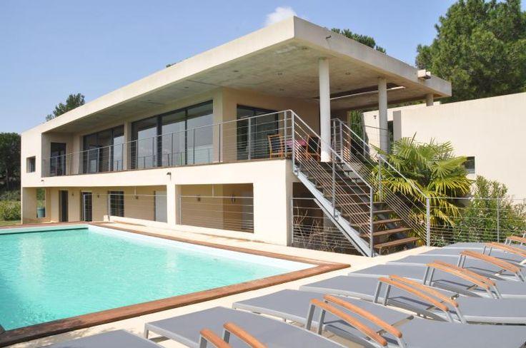 Exclusieve villa met privé-zwembad, gebouwd onder architectuur en met design-elementen van Philippe Starck! Ideaal gesitueerd vlakbij het historische Avignon en dicht bij de fameuze Pont-du-Gard. Prachtige woonkamer met terras met panoramische uitzicht!
