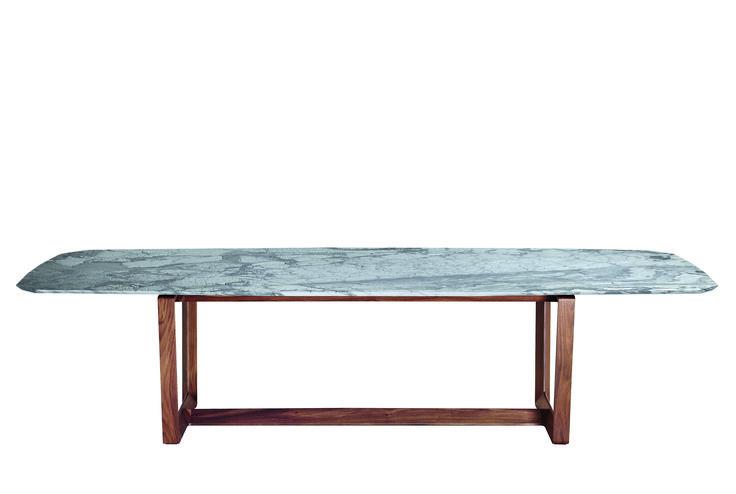 Il tavolo disegnato da Roberto Lazzeroni per Poltrona Frau viene proposto con un esclusivo piano in marmo.