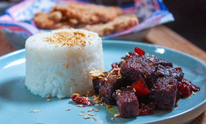 Gemarineerde tempeh uit de Indonesische keuken. Dit gerecht zorgt echt voor een smaakexplosie en is onmisbaar bij een eiwitrijk dieet.