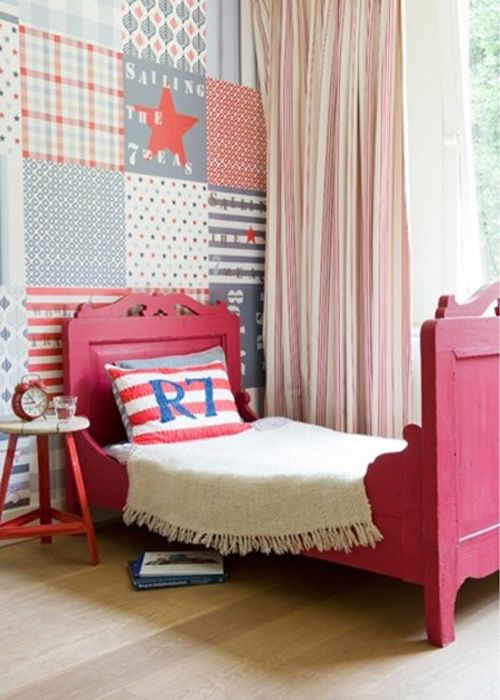 Habitación de niño con cama roja y pared de patchwork | Pretty and cute boys bedroom with red bed and patchwork wall paper · ChicDecó