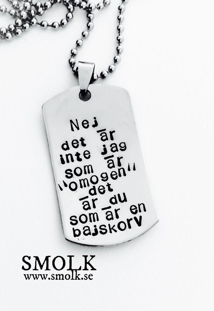 """Produkten Nej, det är inte jag som är """"omogen"""" det är du som är en bajskorv säljs av SMOLK -Handstamped jewelry with a twist i vår Tictail-butik. Tictail låter dig skapa en snygg nätbutik helt gratis - tictail.com"""