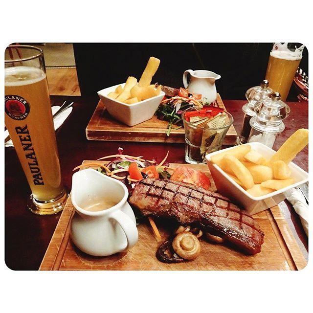 晩ごはん😋👯ロンドン PUBパブで🌱 日本で数学の先生をしていたイギリス人夫婦が 話かけてくれ🌱😋 無事サーロインステーキを注文👍😋 ・ おすすめのドイツビールと😋😋😋 ・ #london #晩ごはん #uk  #diner #ステーキ #pub  #肉 #ビール