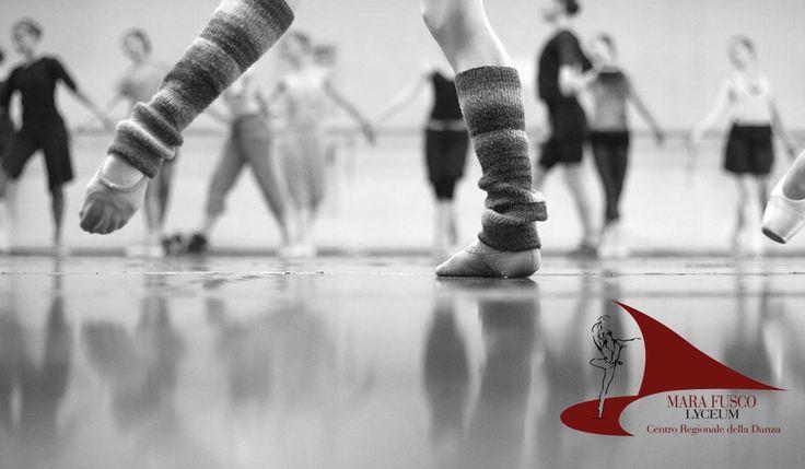 La didattica di insegnamento della #danza prevede varie fasi: #riscaldamento, #stretching, parte centrale con adagi, salti, diagonali e coreografia.Il riscaldamento, detto anche avviamento motorio, consiste in un primo momento in un gioco musicale per classi di allievi con età inferiore agli 8 anni, e successivamente diviene più specifico e tecnico, prevedendo l'utilizzo fisso della sbarra. Negli esercizi alla sbarra vengono coinvolti in modo graduale tutti gli apparati muscolari dalle ...
