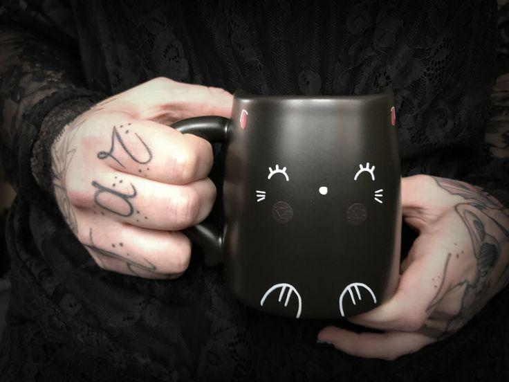 Ob heißen Kaffee, Schokolade oder Bier, was auch immer du aus diesem Thermobecher schlürfst verwandelt sich in Zuckersüßes. Denn wenn der Becher nämlich erhitzt, werden Kittys Wangen knuffig rosa. Prost !   #thermobecher #mug #coffee #tee #stimmungsbecher #mood #cozy #tattoos