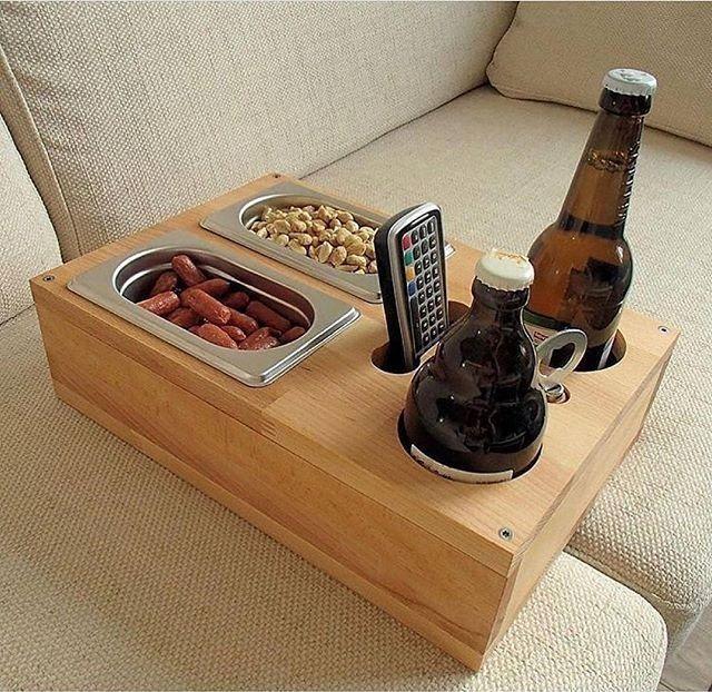 Holzkiste zum Servieren von Getränken und Snacks auf dem Sofa. Hält auch die Fernbedienung.
