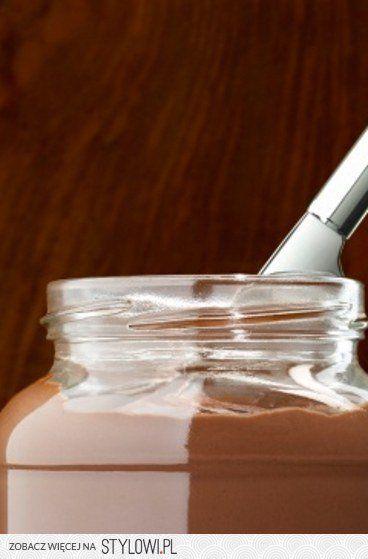 Domowa nutella - po niej napewno nie przytyjesz!!! Składniki: 2 szklanki orzechów laskowych - upieczonych 2 łyżeczki kakao w proszku 2 łyżeczki oleju rzepakowego 3-4 łyżeczki stevia 1/3 szklanki mleczka kokosowego 1 szklanka gorzkiej czekolady (bez cukru!) - stopiona Orzechy i cukier miksuj w blenderze na gładki krem. Roztop czekoladę w rondelku i połącz w orzechami. Dodaj pozostałe składniki i dokładnie wymieszaj. Możesz dodać więcej cukru, lub mleczka kokosowego.
