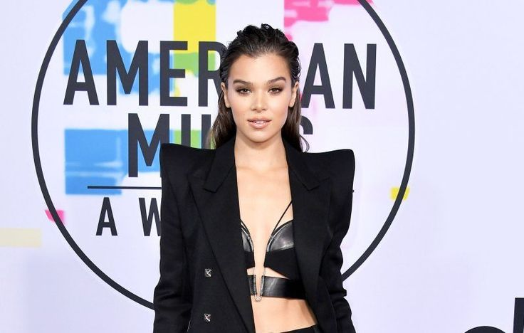 The 2017 American Music Awards red carpet was full of glitz, glamour and lots and lots of skin. FromSelena Gomez's edgy leather minidress (andnew platinum hair color) to legendDiana Ross' over-the-top gown with matching headpiece toHailee Seinfeld's cool take on the tuxedo, here's what stars wore to arrive at the show on Sunday, November 19.
