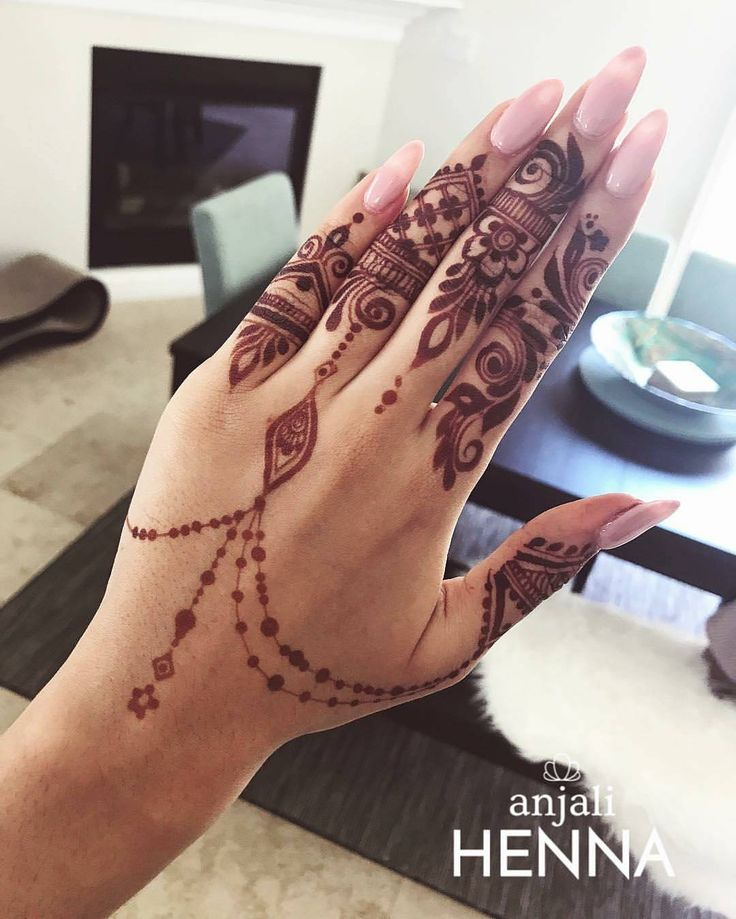 "8,900 Likes, 21 Comments - ✨ Daily Henna Inspiration ✨ (@hennainspo_) on Instagram: ""beautiful stain!! // by @anjali.henna (nice house too ) . . . #henna #mehndi #whitehenna…"""