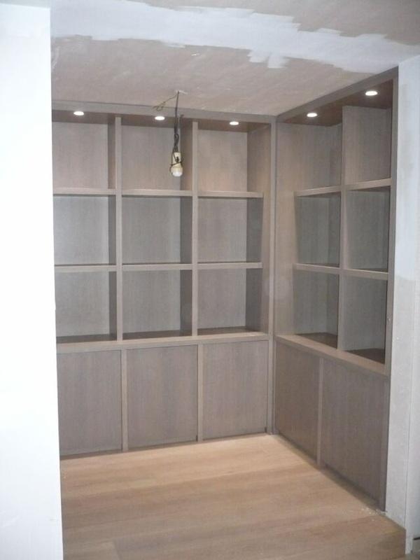 Bibliotheekkast in eik fineer afgewerkt met een beits en vernis