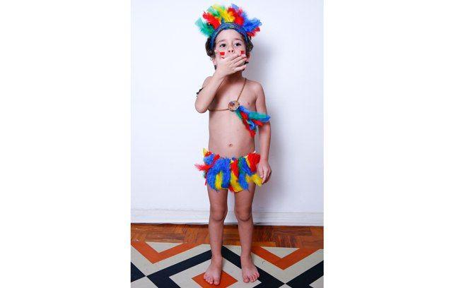 Com materiais simples, Caio virou um índio colorido. Foto: Tricia Vieira/Fotoarena