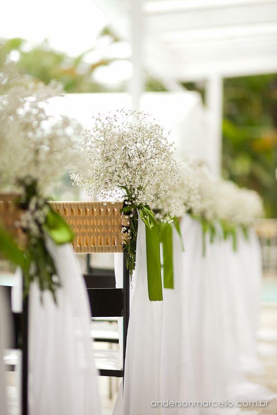 Para a serimônia flores brancas com umas rosas e esse tecido transparente caindo pode ficar lindo
