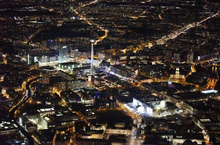 Berlin bei Nacht aus der Vogelperspektive: Nachtluftbild Umgestaltung des Schlossplatz durch die Baustelle zum Neubau des Humboldt - Forums in Berlin - Mitte