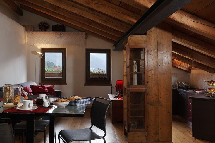 """Al terzo piano della casa in legno e pietra """"Casa Costantin"""" del 1700, l'appartamento gode di un meraviglioso panorama, apprezzabile in tutte le stagioni dal balcone privato. L'appartamento ristrutturato nel..."""