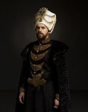 -Metin Akdülger Sultan Murad IV  Hijo del Sultan Ahmed I y La Sultana Kosem 4. Murad Bağdat ve Revan fatihi, Sultan Ahmed'in oğlu. Sert, disiplinli ve kararlı bir padişah olarak bilinir. Çocuk yaşta tahta geçmiş ve bu sürede Kösem Sultan, Saltanat Naibesi olarak devleti yönetmiştir. Ancak bir zamandan sonra Sultan 4. Murad; devletin yönetimini ele almıştır. Fetih ve zaferler çağını yeniden başlatmıştır.