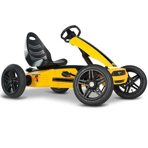 Trampbil BERG Gokart Ford Mustang GT är den perfekta trampbilen för barn 4-12 år. Säte och ratt är justerbara så barnet kan växa med trampbilen. De fyra hjulen gör trampbilen superstabil och luftgummidäcken ger extra komfort. Trampbilen är smidig och enkel att trampa. Det går också bra att trampa bakåt. Det unika BFR-systemet gör att du kan trampa, bromsa och backa med hjälp av tramporna, vilket gör trampbilen mycket lättmanövrerad.  Fakta Luftgummidäcken ger extra komfort. Kan köras framåt…