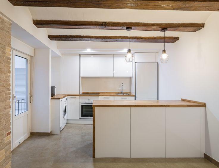 cocina - Un pequeño apartamento con vigas de madera vista