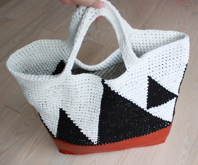 crochet bag tutorial - free pattern #crochet pattern with tutorial on how to add a leather bottom