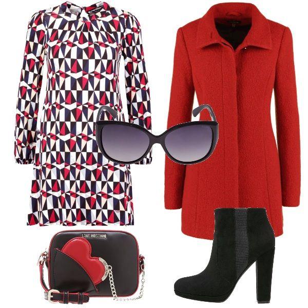 Outfit che ruota intorno al rosso, dai grafismi dell'abito corto, passando per il cappotto monocolore sino a giungere al dettaglio della mini bag a tracolla: il cuore nel taschino. Tronchetti e maxi occhiali neri completano lo stile.