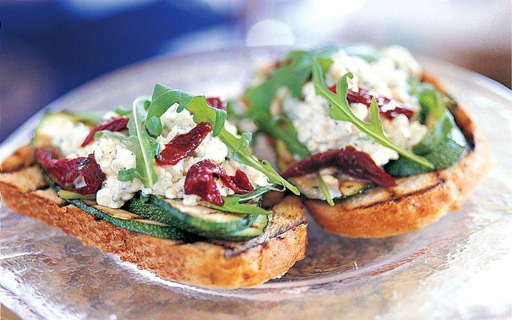Vårt vegetariska utbud av förrätter innefattar bland annat den snabba och krämiga dippen, den krispiga tomatbruschettan och en lyxig cheesecake med tomat och basilika. Flera av förrätterna kan du göra i förväg då de ska serveras ljumma eller kalla.