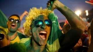 """Image copyright                  Getty Images Image caption                                      El Baile de favela es un tema musical del género funk brasileño que genera polémica en Río 2016.                                La letra original de la canción de funk brasileño que se volvió un éxito en las Olimpiadas de Río 2016 va directo al grano desde las primeras estrofas: """"Ella vino caliente, y hoy estoy hirviendo"""", repit"""