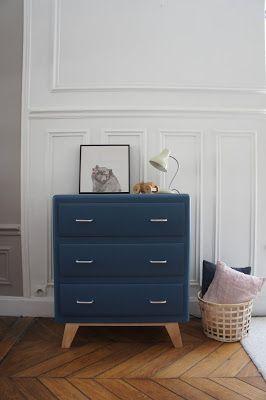 On aime le petit gabarit et les lignesarrondies de cette adorable commode vintage. Le bleu profond dans lequel elle a été repeinte lui d...