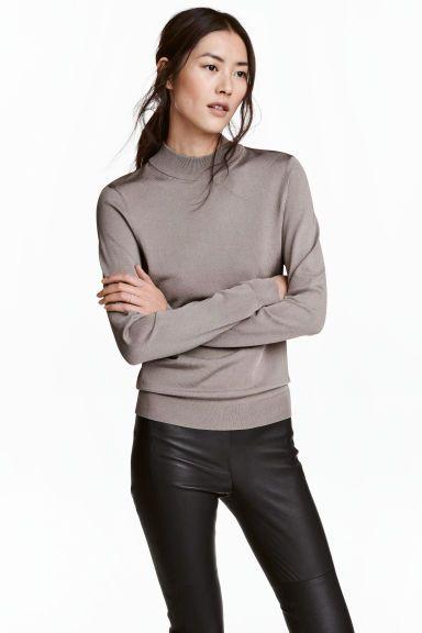Camisola gola alta malha fina: Camisola em malha fina com ligeiro brilho. Modelo com gola alta e mangas compridas.