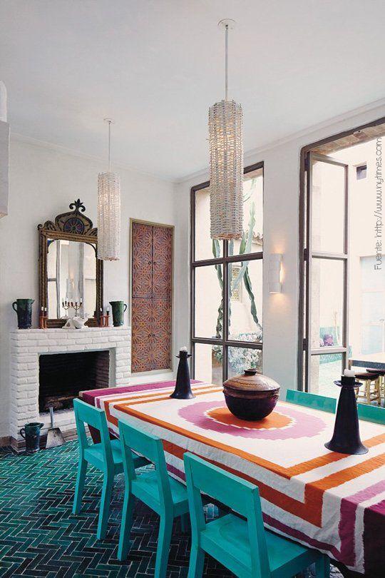 Este piso turquesa le da mucho color a una caja tan blanca y aporta a la decoración marroquí del resto de la casa.