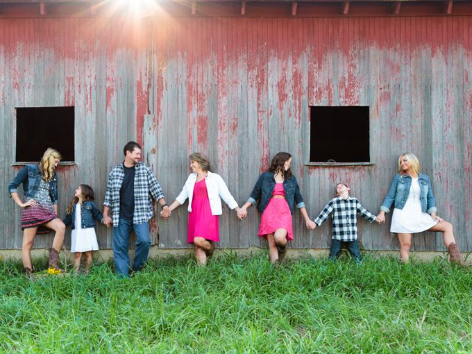 Large family pose with barn! Sabrina Walsh Photography