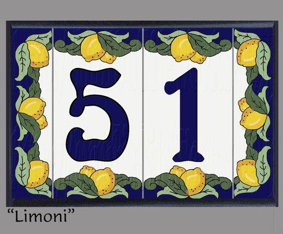 Haus Nummer Adresse Fliesen - gerahmt Set Limoni Design. Farbe: Dunkel blauen Rand, dunkel blauen Zahlen, cremefarbenen Hintergrund, grüne Blätter, tiefes Zitronengelb w/Verzierungen. Fügen Sie sofortige Eindämmung der Beschwerde zu Ihnen nach Hause! Jede Nummer Fliese ist ungefähr 3 breit x 6 hoch x. 25 dick und mit einer alten Cuerda-Seca-Technik auf hohen befeuerten italienischen Steinbruch Fliese erstellt wurde. Jedes Set beinhaltet zwei 2 ca. 1.5x6 Ende Fliesen - PLUS Menge von Fli...