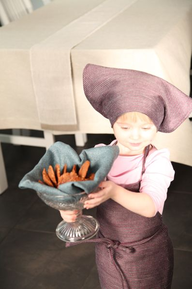 Mummy's little helper wearing Pisa Design, äidin pikku apulainen Pisa Designin essuun pukeutuneena.