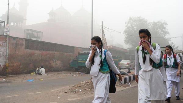 Severe air pollution in India, schools close.