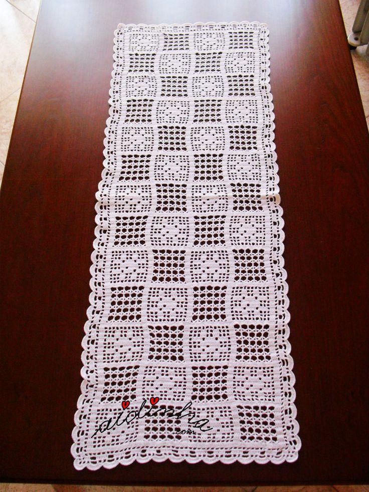 Olá pessoal! Outro naperon/caminho mesa, em crochet, com efeito de quadradinhos. Este naperon, com um desenho de quadradinhos, intercalando rosinhas e ponto de aranha ou ponto de fundo de cadeira de palhinha, como é chamado no Brasil. ENCOMENDE CLICANDO AQUI! Aqui, o desenho da