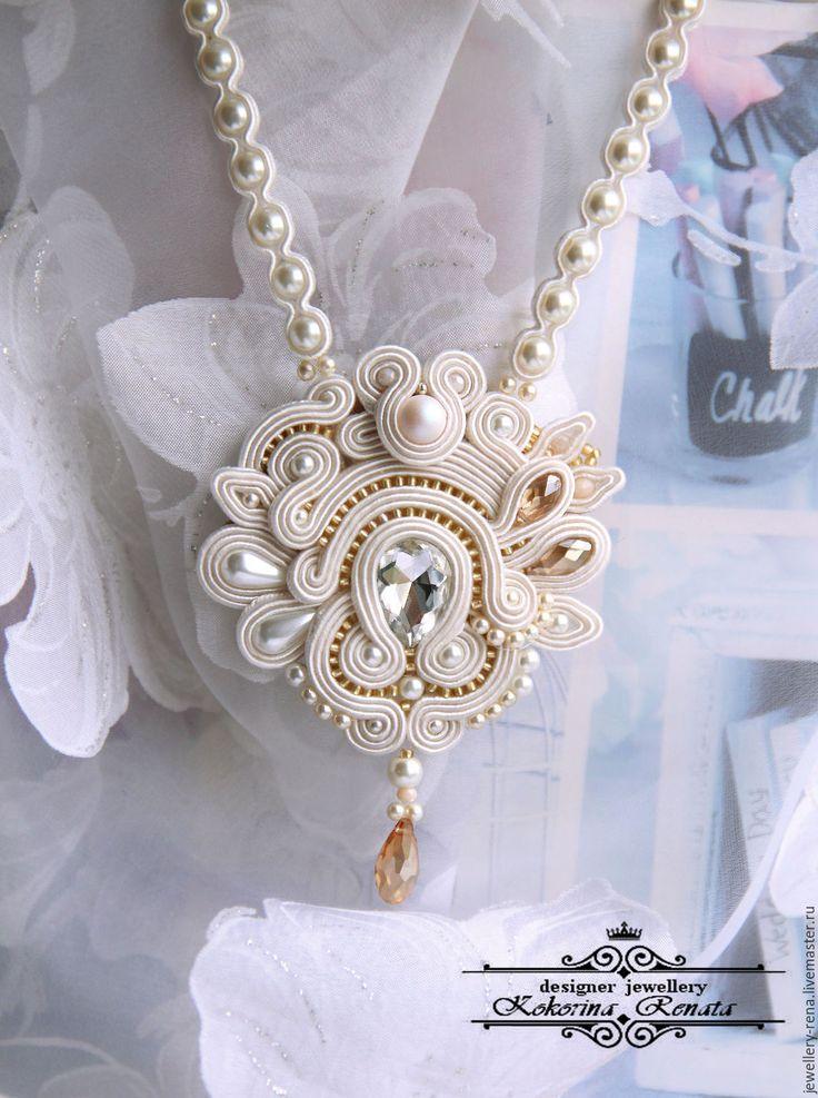 Свадебный кулон. Сутаж – купить или заказать в интернет-магазине на Ярмарке Мастеров | Нежный свадебный кулон с кристаллом и жемчугом,…
