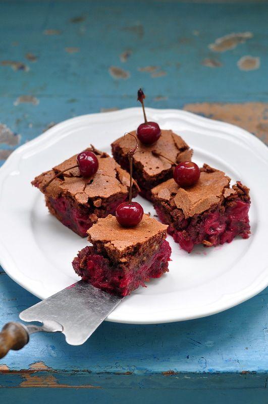 Вишня и шоколад - прекрасное сочетание и одно из моих любимых, и вот очередной пирог на эту тему. А еще он прекрасен тем, что в его состав входит много белков, а я,…