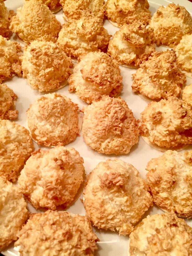 Kokosmakronen, 14.12.17   Rezept : 200g Kokosflocken 2 Eiweiß Prise Salz 175g Puderzucker 1 Päckchen Vanillezucker kleinen Schuss Gin  ggf. 50g Quark Oblaten
